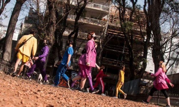 """La Benito"", un grupo de performers que desembarcaron en la plaza Benito Nazar de Villa Crespo"